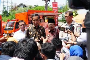 Presiden Jokowi didampingi Seskab, Kepala BNPB, dan Gubernur Jatim menjawab wartawan, di di JX International Exhibition, Surabaya, Jatim, Sabtu (2/2) pagi. (Foto: Fitri/Humas)