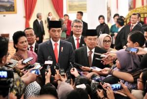 Presiden Jokowi didampingi Ibu Negara Iriana, Wapres, dan Ibu Mufidah menjawab wartawan di Istana Negara, Jakarta, Rabu (13/2) sore. (Foto: JAY/Humas)