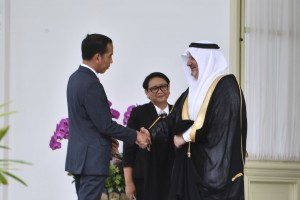 President Jokowi accompanied by Foreign Affairs Minister Retno Marsudi talks with Saudi Arabia's new Ambassador to Indonesia Esam A. Abid Althagafi, at the Merdeka Palace, Jakarta, Wednesday (13/2). (Photo by: Oji/Public Relations Division)
