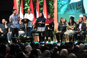 President Jokowi converses with millennials at the opening of the 2019 Green Fest, at JCC, Jakarta, Thursday (31/1). (Photo: JAY/PR)
