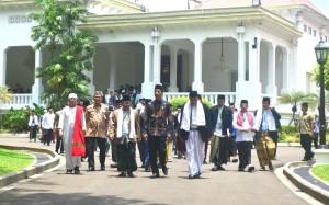 Presiden Jokowi bejalan dengan para peserta Halaqah Ulama Jawa Barat, di halaman Istana Merdeka, Jakarta, Kamis (27/2) siang. (Foto: Rahmat/Humas)