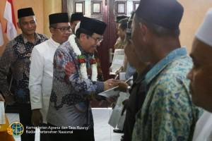 Menteri ATR/Kepala BPN saat menyerahkan sertifikat wakaf kepada 13 orang perwakilan masyarakat di Kantor Bupati Kabupaten Aceh Barat, Jumat (15/2). (Foto: Kementerian ATR/BPN)