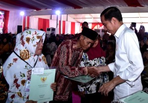 President Jokowi hands over land certificates to residents at Maulana Yudha Tigaraksa Field, Tangerang Regency, Monday (18/2). (Photo: BPMI)