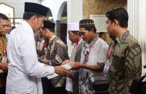 Presiden saat menyerahkan sertifikat Wakaf di Ponpes Al-Ittihad Cianjur, Jawa Barat, Jumat (8/2).  (Foto: Humas/Rahmat)