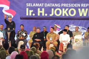 President Jokowi gives instruction to Village Heads and Village Officials of Cianjur Regency, at Cianjur Square, Friday (8/2) (Photo: PR/Rahmat)