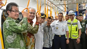 Vice President Jusuf Kalla accompanied by Minister of Transportation and Jakarta Governor tries out Jakarta MRT from Hotel Indonesia Roundabout Station to Lebak Bulus Station, Thursday (20/2). (Photo: PR of Ministry of Transportation)