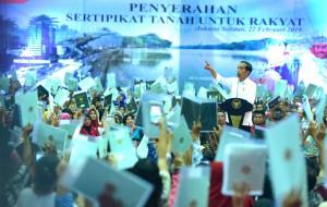 Presiden Jokowi menghadiri acara penyerrahan Sertifikat Untuk Rakyat, di Gelanggang Remaja Kecamatan Pasar Minggu, Jakarta Selatan, Jumat (22/2) pagi. (Foto: Rahmat/Humas)