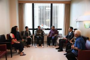 Presiden Jokowi didampingi Ibu Negara Iriana berbincang dengan SBY di ruang perawatan tempat Ibu Ani Yudhoyono dirawat di NUH, Singapura, Kamis (21/2) sore. (Foto: Setpres)