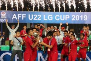 Para punggawa Timnas Indonesia U-22 bersukacita usai menjadi juara Piala AFF 2019 setelah mengalahkan Thailand 2-1 di final, di Phnom Penh, Kamboja, Selasa (26/2) malam. (Foto: Humas Kemenpora)