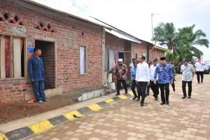 Presiden Jokowi meninjau penataan kampung nelayan di Sumber Jaya, Kecamatan Kampung Melayu, Kota Bengkulu, Jumat (15/2) siang. (Foto: JAY/Huamas)