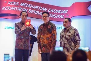 Presiden Jokowi menerima penghargaan Kemerdekaan Pers yang diserahkan oleh Ketua Dewan Pers Yosep Adi Prasetyo, pada puncak peringatan Hari Pers Nasional 2019, di Grand City, Surabaya, Sabtu (9/2) pagi. (Foto: AGUNG/Humas)