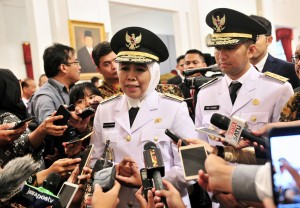 Khofifah Indar Parawansa and Emil Elistianto Dardak answer reporters' questions at the State Palace, Jakarta, Wednesday (13/2). (Photo by: Jay/Public Relations).