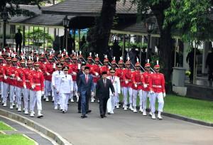 Presiden Jokowi dan Wapres Jusuf Kalla memimpin kirab Calon Gubernur dan Calon Wakil Gubernur Jatim, dan Calon Gubernur Jambi, untuk mengikuti pelantikan di Istana Negara, Jakarta, Rabu (13/2) Sore. (Foto: JAY/Humas)