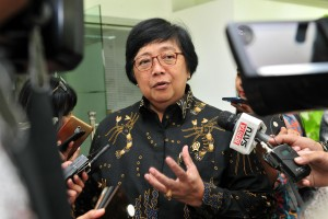 Minister of the Environment and Forestry Siti Nurbaya answers questions from the journalists after a limited cabinet meeting at the Presidential Office in Jakarta, Tuesday (26/2) Photo by: Jay/PR