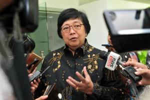 Menteri Lingkungan Hidup dan Kehutanan (LHK) Siti Nurbaya menjawab wartawan usai mengikuti rapat terbatas, di Kantor Kepresidenan, Jakarta, Selasa (26/2) siang. (Foto: JAY/Humas)
