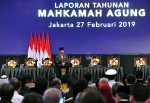 Presiden Jokowi menyampaikan sambutan pada Sidang Pleno Mahkamah Agung RI Tahun 2019, di Jakarta Convention Center, Jakarta, Rabu (27/2) pagi. (Foto: JAY/Humas)
