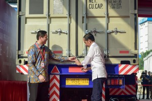 President Jokowi accompanied by CEO of PT Mayora Indah Tbk locks the container on the Export Dispatch of Kopiko Blanca, in Cikupa, Tangerang, Banten, Monday (18/2). (Photo by: Agung/Public Relations).