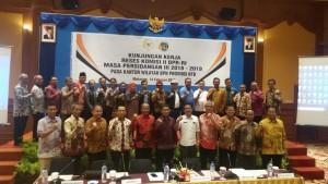 Anggota Komisi II DPR RI berfoto bersama jajaran Kanwil BPN se NTB, dalam peninjauan ke Lombok, NTB, Kamis (14/2). (Foto: MITA/Humas)