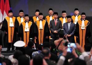Presiden Jokowi dan Wakil Presiden Jusuf Kalla berfoto bersama Ketua MA dan Hakim Agung, di JCC, Jakarta, Rabu (27/2) pagi. (Foto: JAY/Humas)