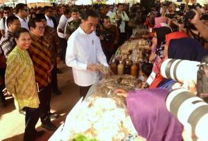 Presiden Jokowi didampingi melihat produk salah satu program Mekaar, di Cempoko, Kab. Magetan, Jatim, Jumat (1/2) pagi. (Foto: Rahmat/Humas)