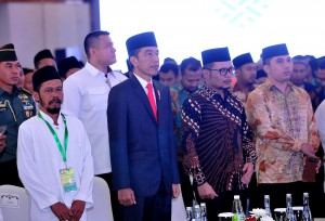 Minister of Manpower Hanif Dhakiri accompanies President Jokowi on the signing of Agreement for Job Training Center (BLK) for Communities Phase I Year 2019 at Grand Sahid Jaya Hotel, Jakarta, Wednesday (20/2). (Photo: Jay/PR)