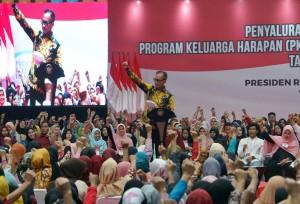 Mensos Agus G. Kartasasmita menyampaikan laporan Penyaluran PKH dan BPNT Tahun 2019, di GOR Laga Tangkas, Cibinong, Bogor, Jabar, Jumat (22/2) sore. (Foto: Anggun/Humas)