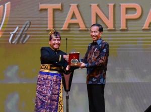 Presiden Jokowi menerima anugerah penghargaan sebagai Bapak Pariwisata Nasional, yang diserahkan pada Gala Dinner Peringatan HUT ke-50, di Hotel Grand Sahid Jaya, Jakarta, Senin (11/2) malam. (Foto: OJI/Humas)