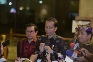 Presiden Jokowi menjawab wartawan usai menghadiri Gala Dinner Peringatan HUT ke-50, di Hotel Grand Sahid Jaya, Jakarta, Senin (11/2) malam. (Foto: OJI/Humas)