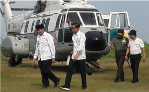 President Jokowi welcomed by Governor of Banten Wahidin Halim in a working visit to Pandeglang, Banten Province, Monday (18/2). (Photo: Antara)