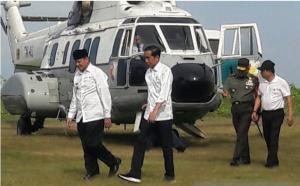 Presiden Jokowi disambut Gubernur Banten Wahidin Halim dalam kunjungan ke Pandeglang, Banten, Senin (18/2) pagi. (Foto: Antara)