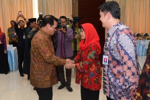 Seskab Pramono Anung memberikan ucapan selamat kepada para pejabat Setkab yang baru dilantiknya, di Gedung III Kemensetneg, Jakarta, Kamis (7/2) siang. (Foto: Deny S/Humas)