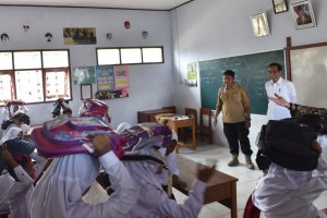 Presiden Jokowi menyaksikan siswa-siswi sekolah melakukan aksi kesiapsiagaan menghadapi bencana, di Pandeglang, Banten, Senin (18/2) pagi. (Foto: OJI/Humas)