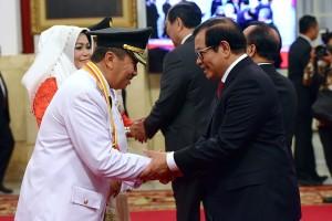 Sekretaris Kabinet Pramono Anung memberikan ucapan selamat kepada Syamsuar usai penyerahan petikan Keppres Gubernur Riau, di Istana Merdeka, Jakarta, Rabu (20/2) pagi. (Foto: AGUNG/Humas)