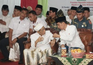 President Jokowi talks with K.H. Maimoen Zubair during Sarang's Mass Dhikr for the Betterment of Indonesia at Al Anwar Sarang Islamic Boarding School, Rembang, Central Java, Friday (1/2). (Photo: Dindha M/PR)