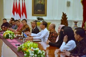 Presiden Jokowi didampingi Koordinator Staf Khusus menerima pengusaha produk halal Indonesia, di Istana Merdeka, Jakarta, Kamis (31/1) sore. (Foto: OJI/Humas)