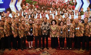 President Jokowi takes a group photo with the attendees of 2019 National Health Work Meeting at ICE Bumi Serpong Damai, South Tangerang, Banten, Tuesday (12/2). (Photo by: the Presidential Secretariat).