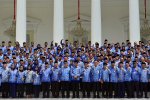 President Jokowi takes a group photo with the participants of the 2019 National Coordination Meeting (Rakornas) of the KORPRI at the State Palace, Jakarta, Tuesday (26/2). (Photo by: Agung/PR).