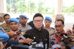 Minister of Home Affairs Tjahjo Kumolo answers questions from reporters after attending Coordination Meeting with Profession and Security Division, at Sultan Hotel, Jakarta, Monday (25/2). (Photo: PR of Minister of Home Affairs)