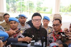 Mendagri Tjahjo Kumolo menjawab wartawan usai menghadiri Rakor Kadiv Propam, di Hotel Sultan, Jakarta, Senin (25/2). (Foto: Puspen Kemendagri)