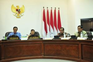 Presiden Jokowi didampingi Wapres Jusuf Kalla memimpin rapat terbatas, di Kantor Kepresidenan, Jakarta, Selasa (26/2) siang. (Foto: JAY/Humas)