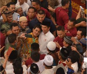 Presiden Jokowi melayani permintaan selfi jamaah saat berkunjung ke Masjid Bani Umar, di Pondok Aren, Tangsel, Banten, Jumat (22/2) siang. (Foto: Deny S/Humas)