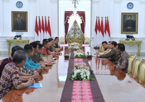 Presiden Jokowi didampingi sejumlah pejabat menerima pengurus dan perwakilan FSPBUN, di Istana Merdeka, Jakarta, Kamis (21/2) pagi. (Foto: Setpres)