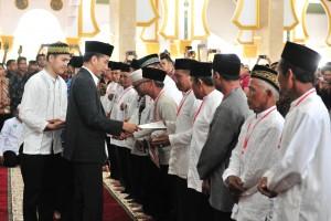 Presiden Jokowi menyerahkan sertifikat tanah wakaf, di Masjid Baitul Izzah, Padang Harapan, Gading Cempaka, Kota Bengkulu, Bengkulu, Jumat (15/2) siang. (Foto: JAY/Humas)