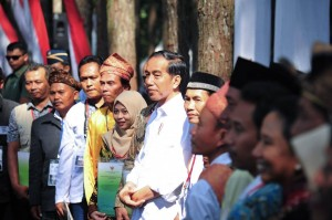 President Jokowi distributes social forestry decrees to communities. Photo by: Facebook page of the President