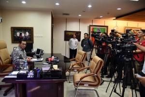 Seskab Pramono Anung menjawab pertanyaan wartawan dari berbagai media, di ruang kerjanya Gedung III Kemensetneg, Jakarta, Senin (25/2) siang. (Foto: JAY/Humas)