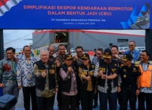 Menko Perekonomian Darmin Nasution didampingi sejumlah menteri meluncurkan Simplifikasi Ekspor Kendaraan Bermotor dalam Bentuk Jadi (CBU), di PT. Indonesia Kendaraan Terminal, Jakarta, Rabu (13/2) pagi. (Foto: EKON)