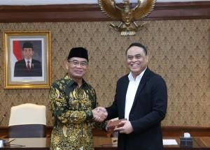 Mendikbud Muhadjir Effendy menyerahkan soal Seleksi PPPK Tahap I kepada Menteri PANRB Syafrudin, di kantor Kementerian PANRB, Jakarta, Senin (18/2) siang. (Foto: Humas Kementerian PANRB)
