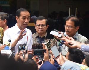 Presiden Jokowi didampingi Seskab dan Menteri ATR menjawab wartawan usai menghadiri acara penyerahan sertifikat, di Gelanggang Remaja Kecamatan Pasar Minggu, Jakarta Selatan, Jumat (22/2) pagi. (Foto: Rahmat/Humas)