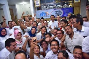 President Jokowi takes group photo with editors of Suara Merdeka newspaper in Semarang, Central Java, Saturday (2/2). (Photo: OJI/PR)