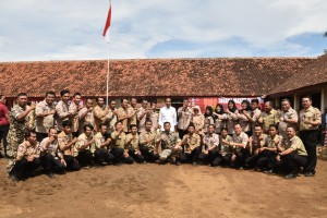 President Jokowi takes a group photo with the Emergency Response Unit (Tagana), in Tanjung Lesung, Pandeglang, Banten, Monday (18/2). (Photo by: Oji/Public Relations).